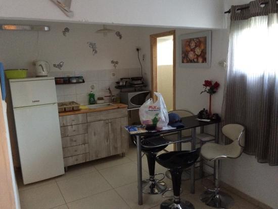 Neve Zohar, Israel: Wohnzimmer mit Küchenzeile
