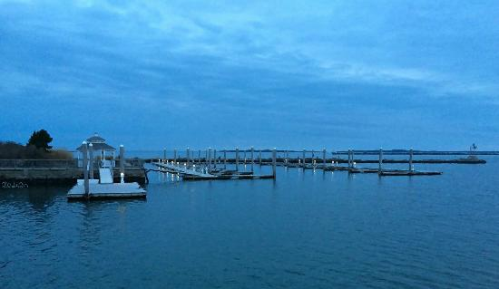 Stonington, CT: View to the left upon entering Breakwater Restaurant