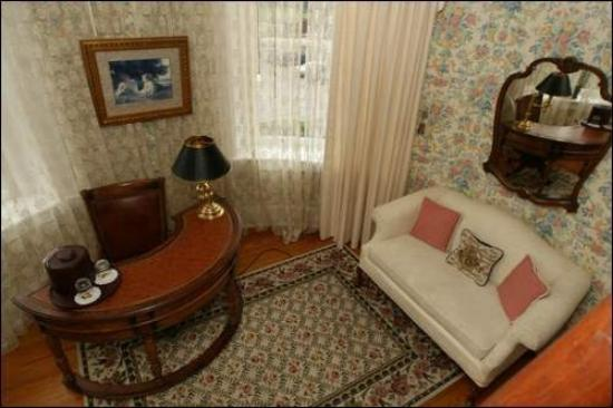 The Mansion at Elfindale Bed & Breakfast: Tower sitting room