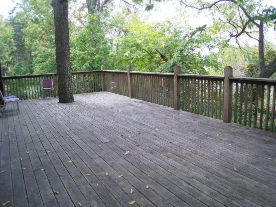 The Mansion at Elfindale Bed & Breakfast: Deck on Lakeside Building