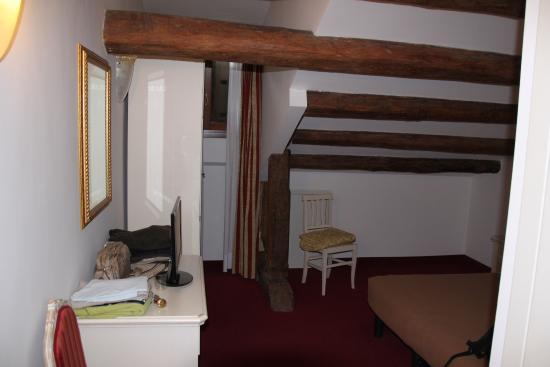 Petite fen tre en hauteur derri re l 39 armoire picture of for Petite fenetre