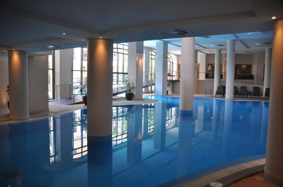 Der kombinierte Innen/ Außen-Pool im Spa-Bereich - Picture of Porto ...