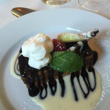 Casanis: Chocolate layer cake desert