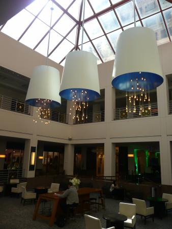 Hyatt Regency Albuquerque: interior atrium of the hotel next to front desk