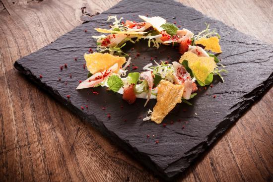 Quattro Castella, Italia: Salmerino marinato, verdure, agrumi e polvere di pepe rosa