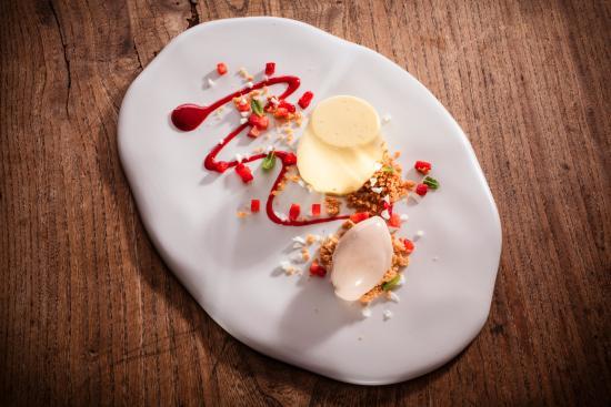 Quattro Castella, Italia: Bavarese alla camomilla, gelato e salsa di fragole