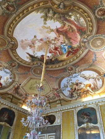 Sala del trono stanza da letto soffitti preziosi picture for Sala da pranzo usata caserta