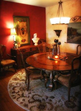 McKinney Bed and Breakfast: A round dining table makes a great place for making new friends!