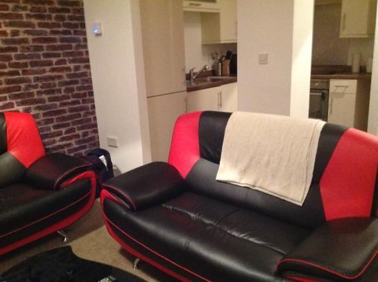 The City Suites : Comfy sofas and nicely fitted kitchen area