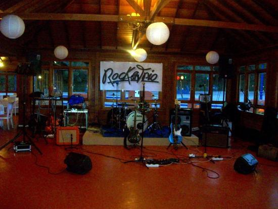 Hotel Cortijo la Reina: Salón de fiestas. Escenario para grupo musical.
