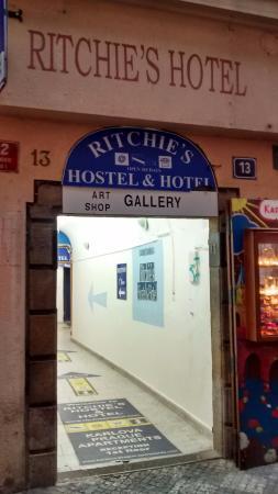 Ritchie's Hostel: Entrada