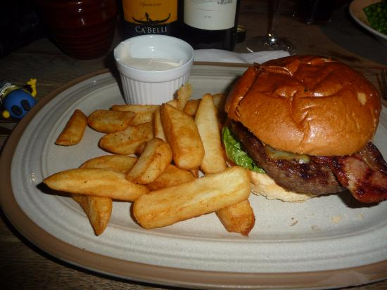 Farningham, UK: Burger with bacon & cheese