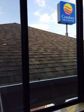 Comfort Inn & Suites Sikeston: If you are expecting a nice view, this one over the portico isn't it.