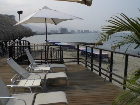 Hotel Tequendama Inn Santa Marta by Sercotel: Upper deck over the beach