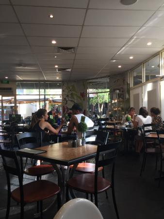 Windsor, Australia: Light and airy. Big round table out of view good for family