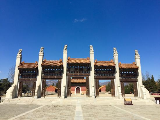 Yi County, Cina: Western Qing Tombs. March 2016. Beautiful and empty of any tourists.