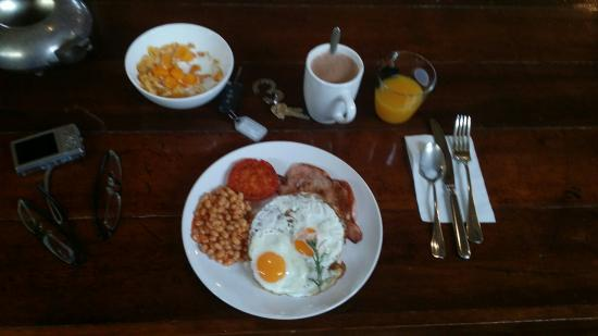 Tuck Inn Yarra Valley: Home away from home..lovely and caring host Donia who cooked yummy hot breakfast for us.