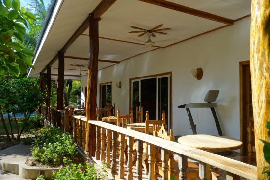Omusee Guesthouse : Frühstücksbereich und Terrasse des Haupthauses