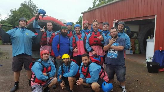 Hamurana, Nova Zelândia: Mates Stag Do Party that we kicked of with the wet n wild rafting guys.