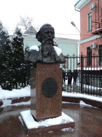Памятник М.Е.Салтыкову-Щедрину
