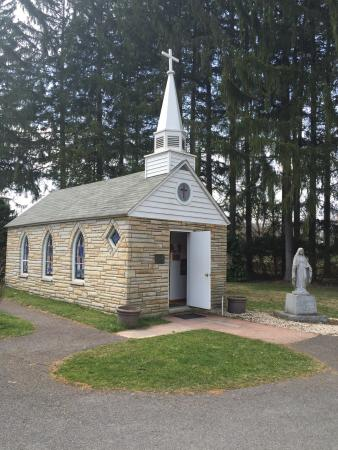 Virginia Occidental: Seating for 12 at this tiny chapel