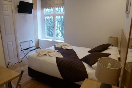 The Kensington Studios: Small double bed