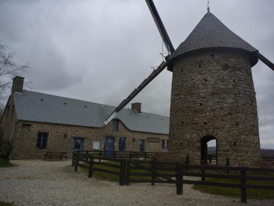Moulin vent et restaurant en arri re plan photo de for Piscine du moulin a vent