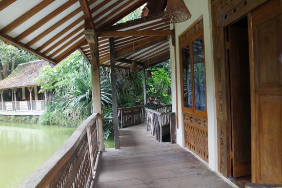Beranda kamar dengan pemandangan danau picture of for Dekor kamar hotel di bandung