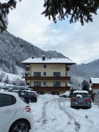 Hotel Finkenbergerhof: Zicht op de zijkant en de parking