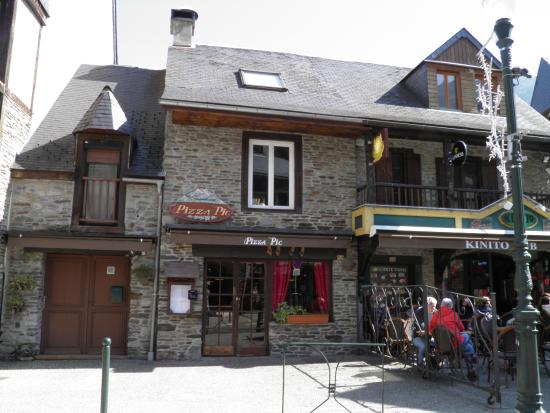 Ext rieur du restaurant picture of pizza pic saint lary for Exterieur restaurant