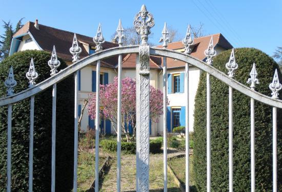 Saint-Laurent-des-Vignes, France : Ancienne entrée, apparemment condamnée. Entrée actuelle via le grand parking se situant à gauche