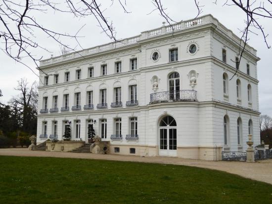 Buc, France: le chateau vu du parc