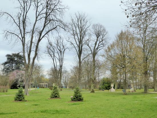 Buc, Prancis: vue du parc joliment arboré