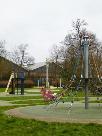 Buc, Prancis: jeux pour enfants dans un joli cadre