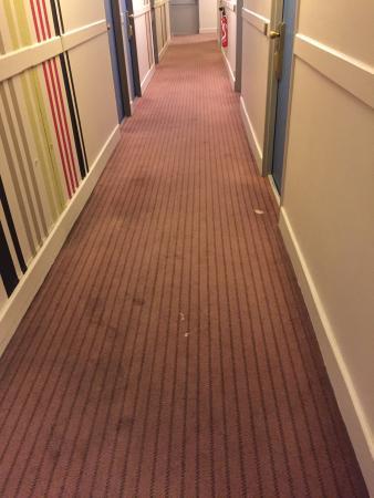 Amarante Cannes Hotel: Tapis de couloir très sale et vieux