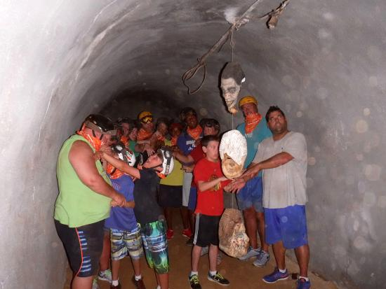 Kalaheo, هاواي: A group pic inside the abandoned military bunker