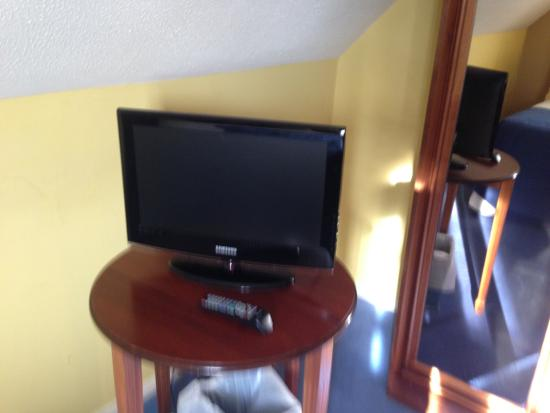 George Hotel : Small TV