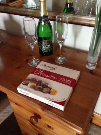 Anvil View Guest House: Bubbly & chocolates included in deluxe room