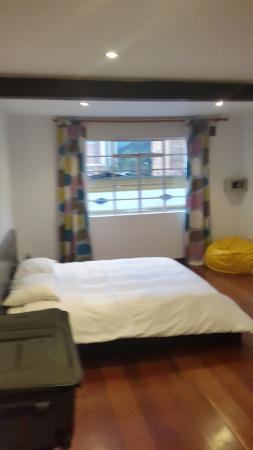 Hotel Casa Guadalupe: Se observa en la derecha la caja fuerte, la habitacion posee todo lo necesario para la mejor est