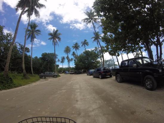 Moorea, Polynésie française : L'accès à la plage, faites atttention à ne pas vous garer sous un cocotier avec noix !