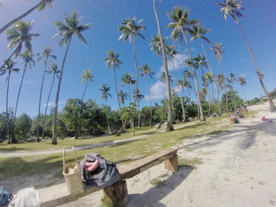 Moorea, Polynésie française : La plage public, il y a des banc pour sassoir