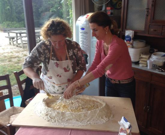 Agriturismo Cretaiole di Luciano Moricciani: Pasta making class at Cretaiole