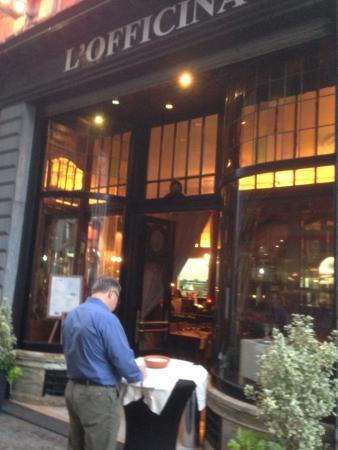 L'Officina : Reading the menu...