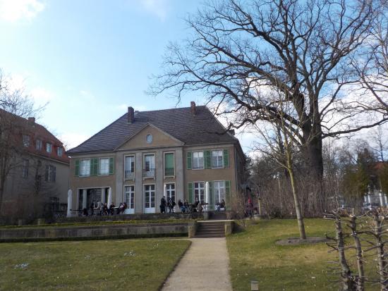 garten mit haus und terrasse picture of liebermann villa am wannsee berlin tripadvisor. Black Bedroom Furniture Sets. Home Design Ideas