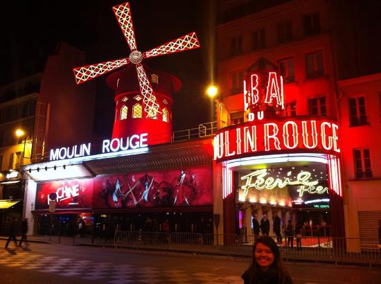 Hotel Du Moulin: Moulin Rouge, a rua do hotel fica subindo a direita.