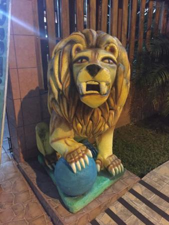 Cabinas Vaz: Lion outside the Vaz resturant