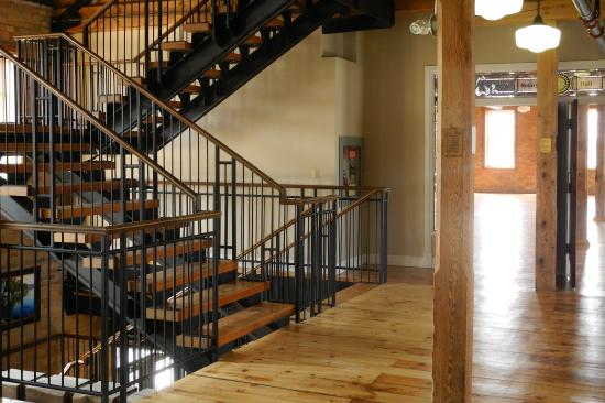 Alliston, Canada: Open staircase (also has elevator)