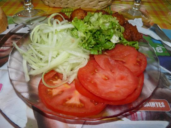 petite salade de tomates et des accras picture of la. Black Bedroom Furniture Sets. Home Design Ideas