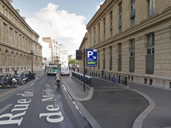 Hotel Saint Pierre : Parking rue de l'école de médecine
