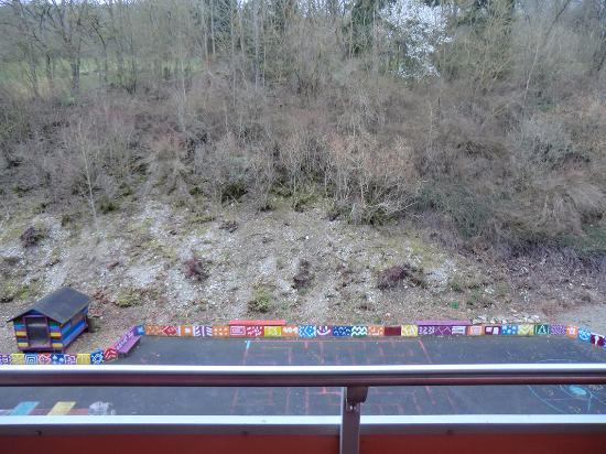 Bad Mergentheim, Alemania: Aussicht vom Balkon: Geröllhalde und Spielplatz. Keine Sonne, dafür Kinderlärm...